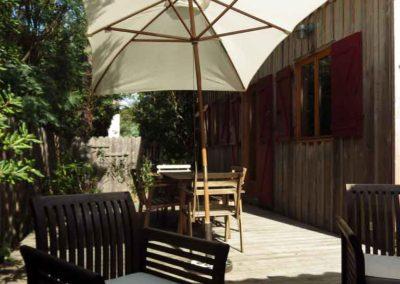 Salon de jardin sur la terrasse en bois